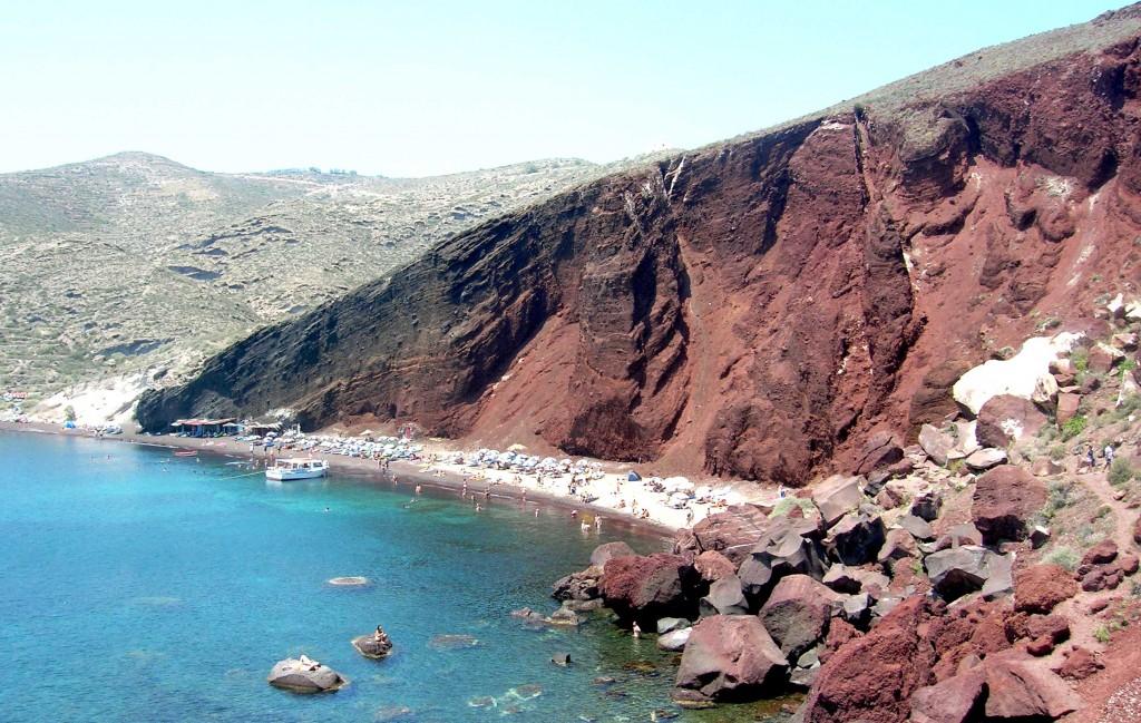 Grcka-ostrva-Santorini-stenovita-crvena-plaza